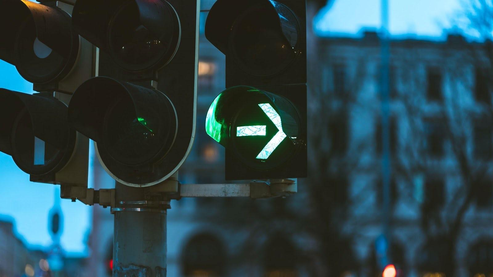 Trafikljus som visar grön pil