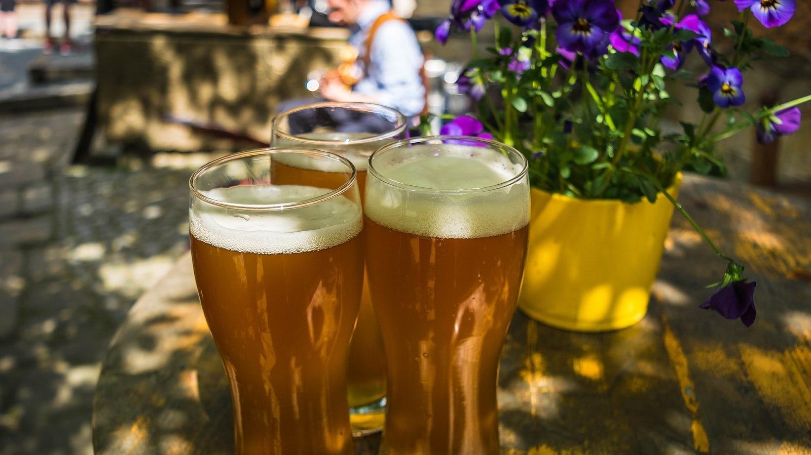 Tre öl och en lila blomma.