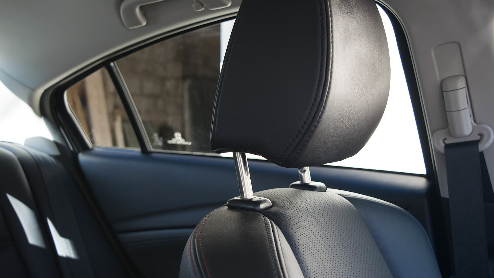 Bild på ett huvudskydd i en bil.