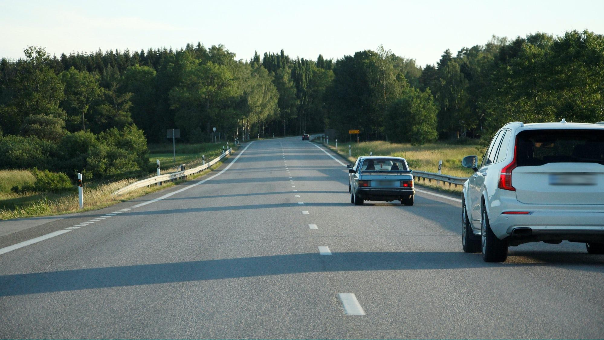En omkörning på en landsväg.