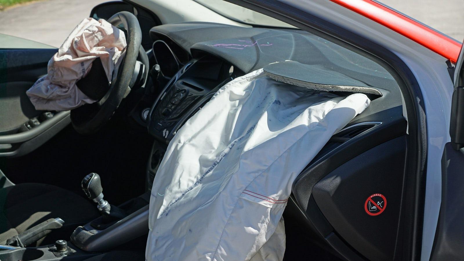 En airbag som blivit utlöst pga krock.