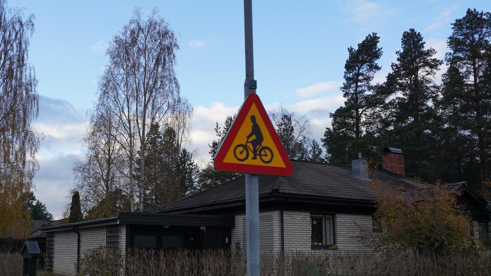 Bild på varningsskylt. Varning för cyklande och mopedförare