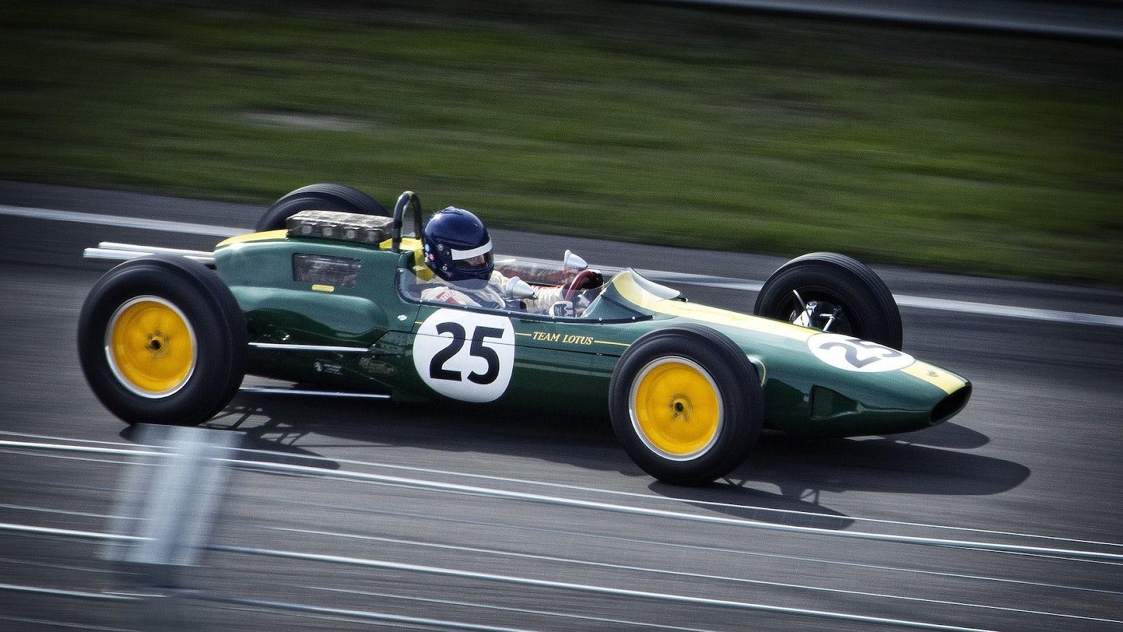 Racerbil som kör på en racingbana.