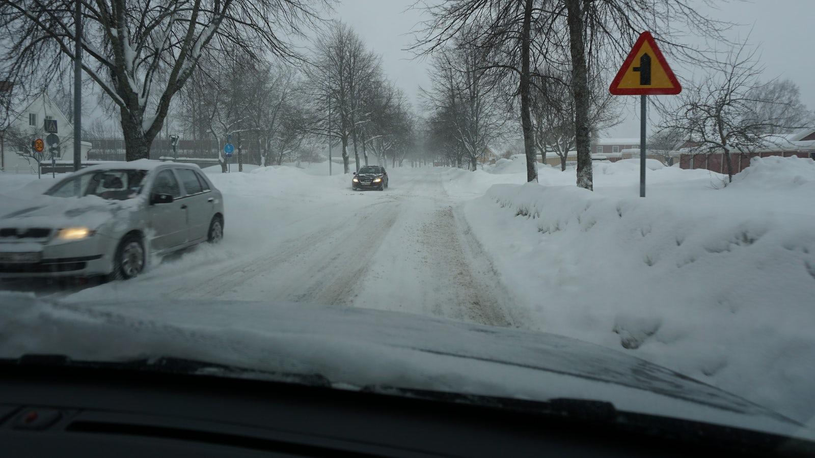 Bild på mötande trafik när det är vinterväglag