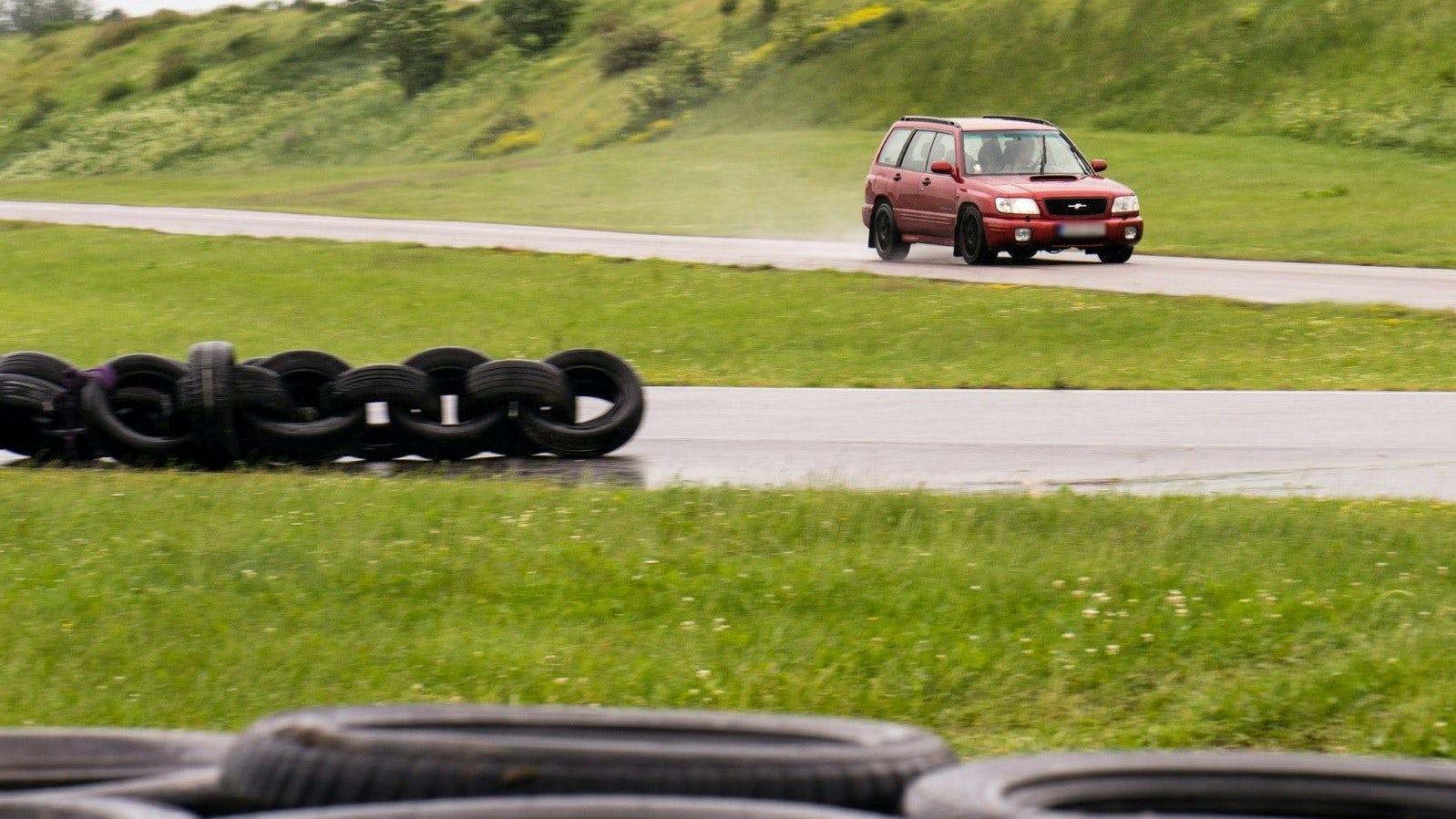 Bil som kör på en testbana.